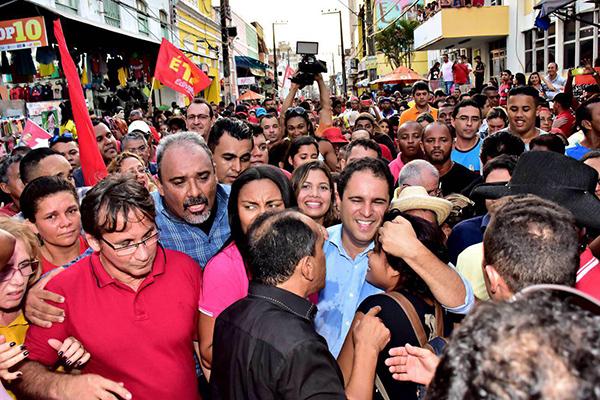 Prefeito Edivaldo Holanda Júnior faz caminhada para agradecer votos na Rua Grande