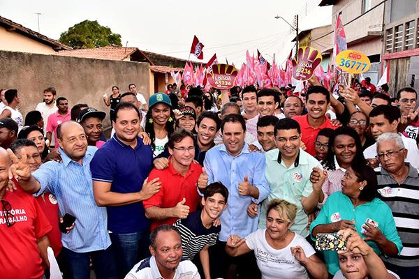 Weverton Rocha acompanha o prefeito Edivaldo Holanda Júnior em caminhada durante a campanha