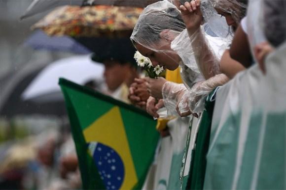 Dia de chuva e muitas orações na Arena Condá em Chapecó