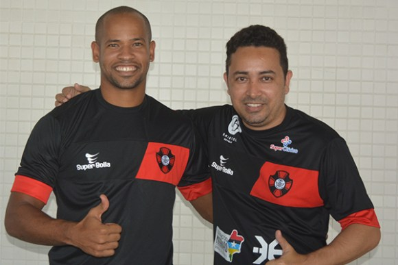 Volante Diego Teles é recebido pelo diretor de futebol Waldemir Rosa