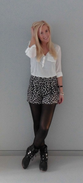 OOTD-high-waisted-panter-short-boots-witte-blouse-2