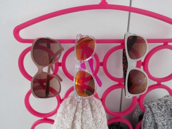 DIY-sieraden-opberger-en-tips-kleerhanger-kledinghangers-kettingen-sjaals-tassen-blokker-zonnebrillen