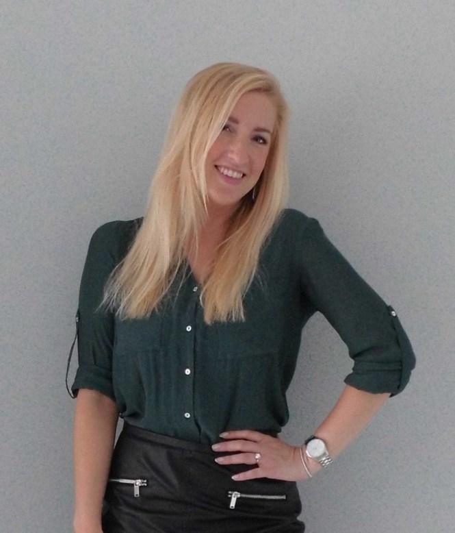 OOTD-outfit-office-work-day-netjes-leren-rok-hm-blouse-donkergroen-zwarte-laarzen-laarsjes-van-haren-3