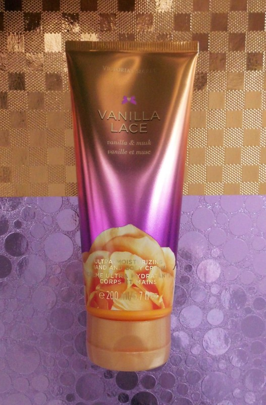 Review-CareForSkin.nl-Victoria's-Secret-Vanilla-Lace-Hand-Bodylotion-1