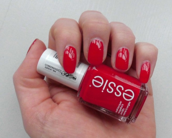 NOTD-Essie-Russian-Roulette-nailpolish-nagellak-perfect-match-MAC-Ruby-Woo
