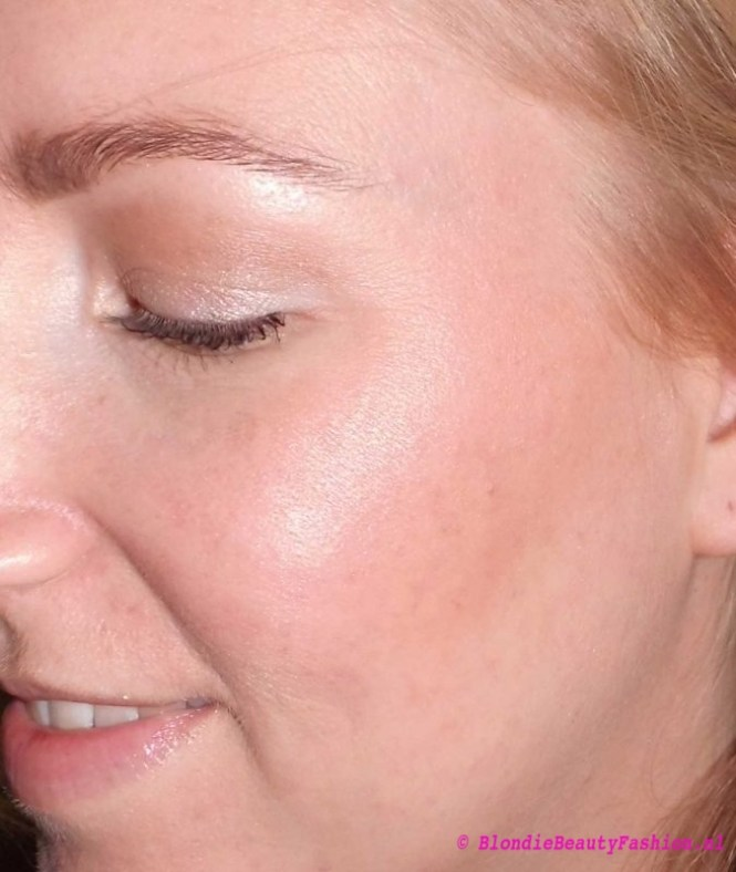 Review-Lily-Lolo-Illuminator-in-Champagne-highlighter-glow-9
