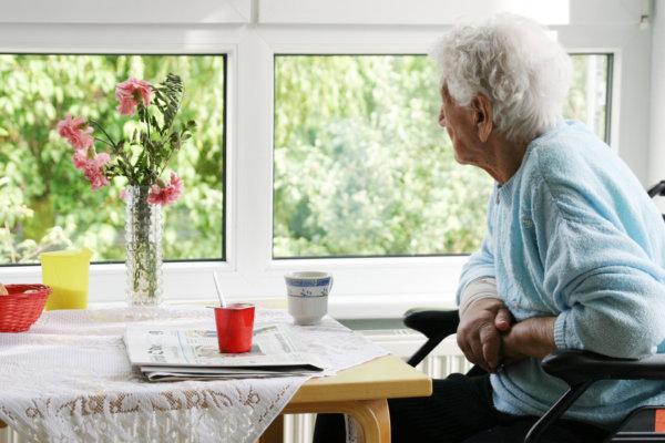 alte Dame im Pflegeheim