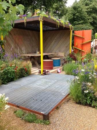 Hampton_Court_green_garden