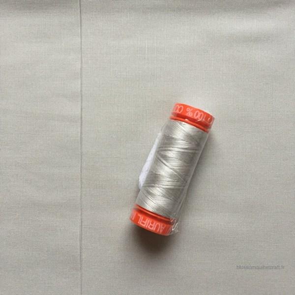 Aurifil 2615 avec tissu Mystic Grey