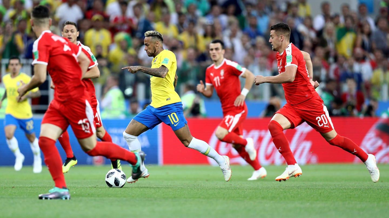 neymar entre 4 serbes