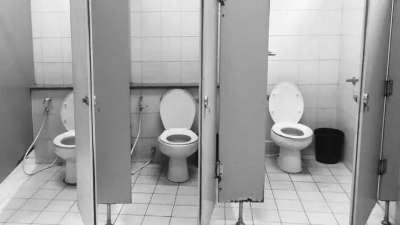 Un Influenceur hospitalisé avec le coronavirus après avoir léché le siège des toilettes