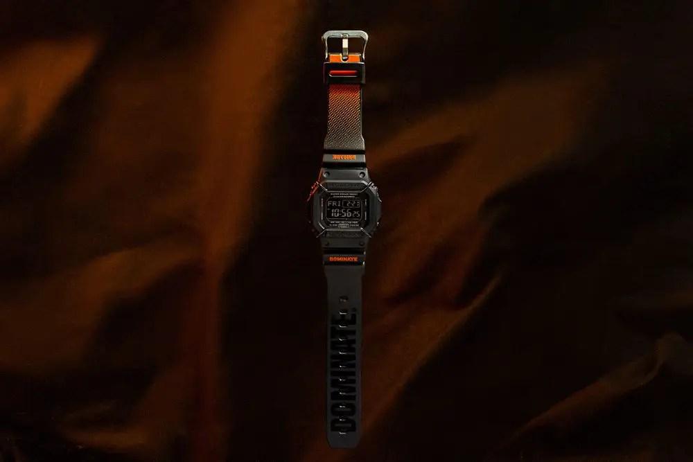 G-SHOCK s'est associé avec Dominate de Jakarta pour créer une montre spéciale. La DW5600-Psports spéciale est un ensemble de touches subtiles qui s'inspirent principalement du vêtement d'extérieur préféré de Dominate : la veste de bombardier MA-1.