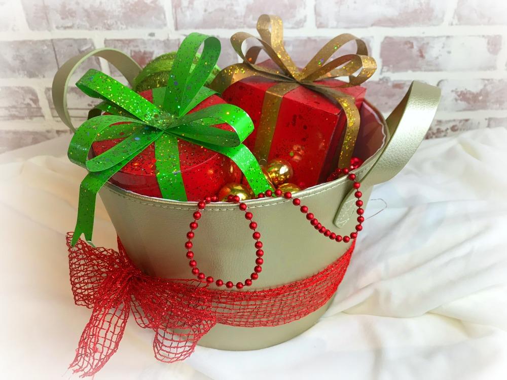 Dollar Store Christmas Craft : Ornament Basket Vignettes | blowingawayoutwest.com - Quick Christmas craft ideas for the bargain decorator using dollar store items. #dollarstorecraft #christmascraft #dollarstorechristmas #12daysofChristmas