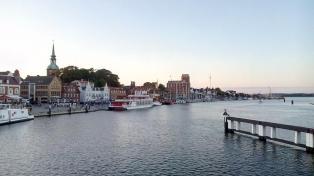 Die Hafenpromenade, von der Brücke aus gesehen
