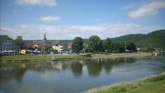 Blick auf Bodenwerder vom anderen Ufer der Weser