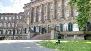 Vor dem rechten Seitenflügel des Schlosses