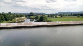 Oben der Mittellandkanal, unten die Weser