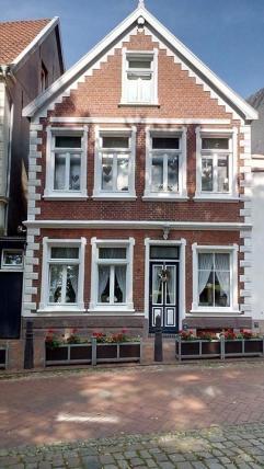 Schönes altes Haus gegenüber der Kirche