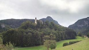 Wallfahrtskirche St. Pankraz, daneben die Reste der Festung Karlstein