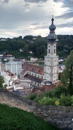 Blick von der Burg hinunter auf die Kirche