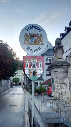 Die alte Brücke über die Salzach verbindet Österreich mit Bayern