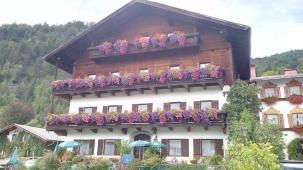 Noch blühen die Sommerblumen an den Häusern