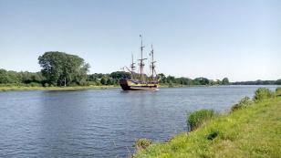 Nachbau eines Segelschiffs unter franz. Flagge
