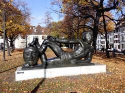 """Skulptur am Platz """"Totentanz"""""""