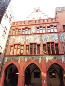 Wandgemälde im Innenhof des Rathauses