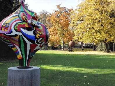 Vor eine Skulptur von Tinguelys Lebensgefährtin Nikki de Saint-Phalle, hinten eine Plastik von Tinguely