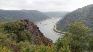Felswand über dem Rhein