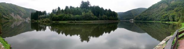 Die Saarschleife vom Flussufer aus gesehen