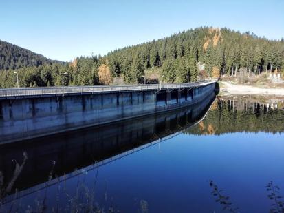 Die Staumauer des Schluchsees auf der Seeseite
