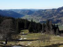 Blick von der Seifenmoos-Alpe ins Tal Richtung Oberstaufen