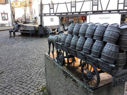 Der Bierwagen bringt Nachschub für den Trinker auf der Bank