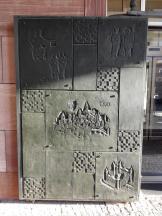 Pforte am Rathaus mit mittelalterlichen Ansichten der Stadt