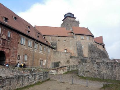 Vor dem Innenhof mit dem Bergfried