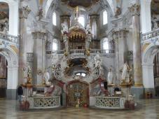 Der frei im Raum stehenden Gnadenaltar mit zwölf der vierzehn Nothelfer (Foto: von Mattana   http://commons.wikimedia.org   Lizenz: CC BY-SA 3.0 DE) als Heiligenfiguren