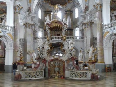 Der frei im Raum stehenden Gnadenaltar mit zwölf der vierzehn Nothelfer (Foto: von Mattana | http://commons.wikimedia.org | Lizenz: CC BY-SA 3.0 DE) als Heiligenfiguren