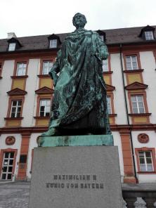 Standbild des Bayerischen Königs Maximilian II. vor dem Hauptflügel des Alten Schloss