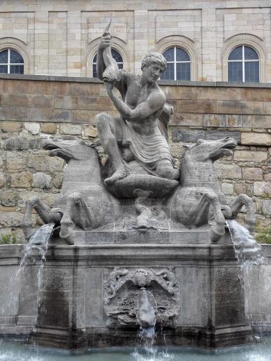 Brunnen vor der Schlosskirche gegenüber der Oper