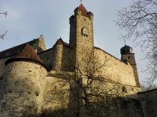 Links der Carl-Eduard-Bau, in der Mitte der Rote Turm