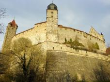 Links der Rote Turm, in der Mitte der Blaue Turm und rechts das Hohe Haus