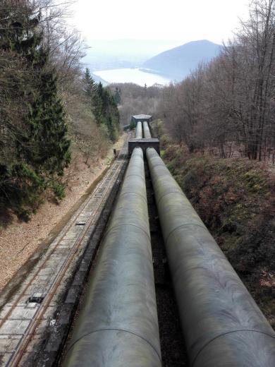 Durch diese Rohre rast das Wasser aus dem Pumpspeichersee in die Tiefe