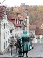 Bach blickt auf die umliegenden Hügel