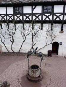 Alter Brunnen im Vorhof der Burg