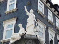 Skulpturen an einer Hausfassade