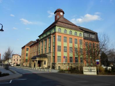 Gegenüber: Die neue Hochschule