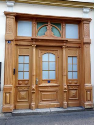 """Markante Türpforte am """"Laminat-Haus"""""""