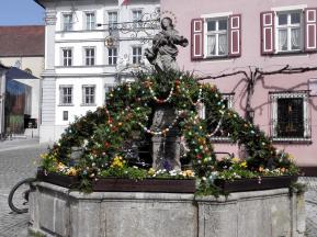 Österlich geschmückter Marienbrunnen am Marktplatz